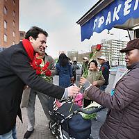 Nederland, Amsterdam , 20 februari 2010..De amsterdamse lijsttrekker van de Pvda Lodewijk Asscher voert campagne op de bijlmerdreef. Links van Asscher staat Pvda man ?John Leerdam van Kunst, cultuur en internationaal cultuurbeleid Nederlands Antilliaanse en Arubaanse zaken ...Foto:Jean-Pierre Jans