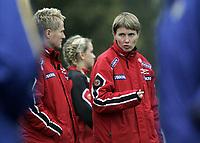 Fotball<br /> Landskamp J15<br /> Norge v Sverige 2-0<br /> 04.10.2007<br /> Foto: Morten Olsen, Digitalsport<br /> <br /> Roar Wold - assistenttrener Norge<br /> Lena Tyriberget - trener Norge