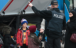 25.09.2015, Grenzübergang, Freilassing, AUT, Fluechtlingskrise in der EU, im Bild Flüchtlinge an der Grenze zu Österreich, Kinder blicken zu einem Polizisten // Migrants on the Austrian Border, Children look to a policeman. Thousands of refugees fleeing violence and persecution in their own countries continue to make their way toward the EU, border crossing, Freilassing, Germany on 2015/09/25. EXPA Pictures © 2015, PhotoCredit: EXPA/ JFK