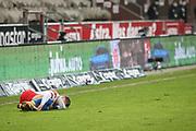 Fussball: 2. Bundesliga, FC St. Pauli - Hamburger SV, Hamburg, 01.03.2021<br /> Sonny Kittel (HSV) am Boden<br /> © Torsten Helmke