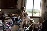 Amaryllis Miller, una de las hijas de Rhonita Miller, que fue asesinada en el ataque, juega con su unicornio de peluche. Un grupo armado atacó a miembros de la familia de Julián LeBarón, un conocido líder mormón y activista social, en una carretera entre los Estados de Chihuahua y Sonora, al norte de México. Seis niños y tres mujeres de origen estadounidense fueron asesinadas en este hecho. Fotografo César Rodríguez/El Pais.