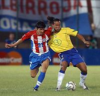 Fotball<br /> Kvalifisering til VM i 2006<br /> Paraguay v Brasil<br /> Asuncion - Paraguay<br /> 31. mars 2004<br /> Foto: Digitalsport<br /> NORWAY ONLY<br /> <br /> CANIZA (PARAGUAY) AND RONALDINHO (BRASIL).