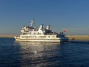 Statek wycieczkowy na redzie portu gdyńskiego.