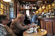 Ierland, Ireland, Dungarvan, , 21-3-2018  Ierse pub in de regio Cork waar zojuist twee oudere mensen de lunch hebben gegeten . . Foto: Flip Franssen