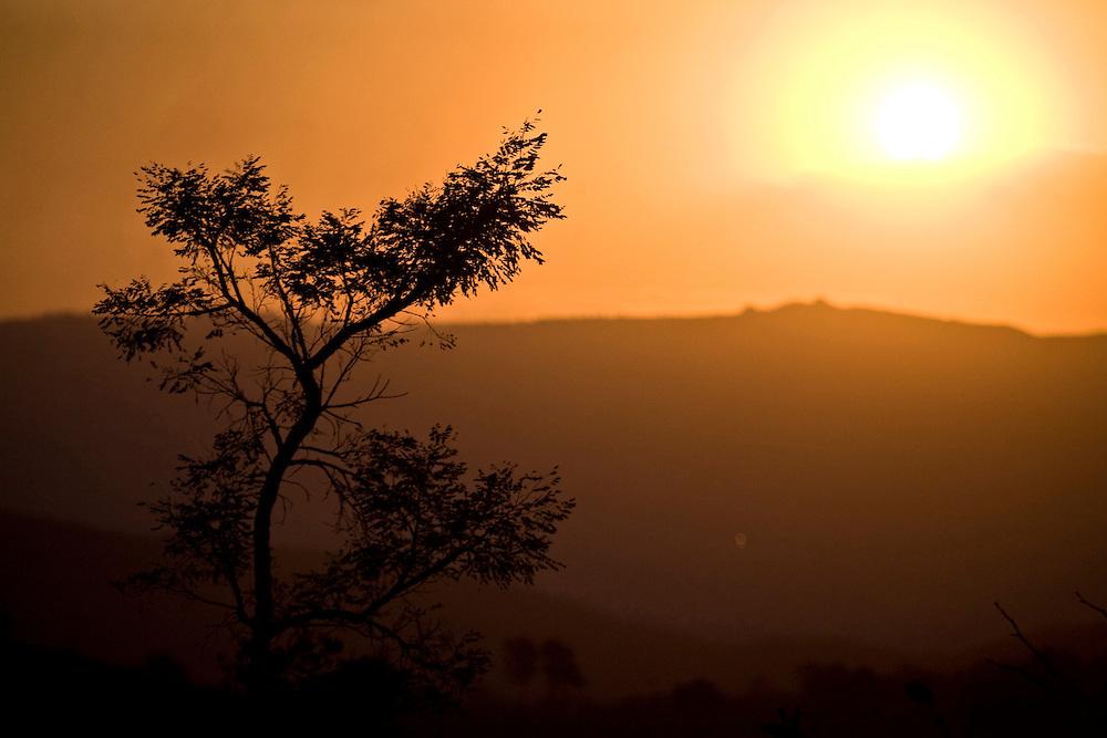 Itabirito_MG, Brasil..Fim de tarde em uma paisagem em Itabirito, Minas Gerais...Sunset in a landscape in Itabirito, Minas Gerais...Foto: JOAO MARCOS ROSA / NITRO