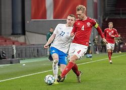 Jón Dadi Bödvarsson (Island) tackles af Simon Kjær (Danmark) under kampen i Nations League mellem Danmark og Island den 15. november 2020 i Parken, København (Foto: Claus Birch).