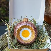 NL/Amsterdam/20201123 - Marcel Hensema ontwerpt de Eierkerstbal, de Eierkerstbal