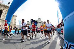 18.04.2010, Wien, AUT, Vienna City Marathon 2010, im Bild Hauptfeld des VCM vor der Staatsoper,  EXPA Pictures © 2010, PhotoCredit: EXPA/ T. Haumer / SPORTIDA PHOTO AGENCY