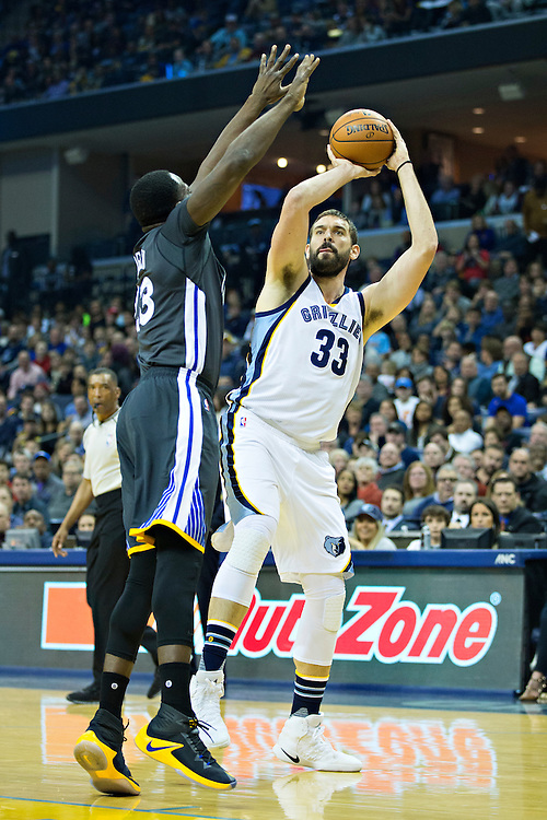 MEMPHIS, TN - DECEMBER 10:  Marc Gasol #33 of the Memphis Grizzlies shoots a jump shot against Draymond Green #23 of the Golden State Warriors at the FedExForum on December 10, 2016 in Memphis, Tennessee.  The Grizzlies defeated the Warriors 110-89.  NOTE TO USER: User expressly acknowledges and agrees that, by downloading and or using this photograph, User is consenting to the terms and conditions of the Getty Images License Agreement.  (Photo by Wesley Hitt/Getty Images) *** Local Caption *** Marc Gasol; Draymond Green