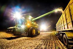 Vista noturna da colheita mecanizada de trigo na área rural de Cruz Alta, no Rio Grande do Sul. FOTO: Jefferson Bernardes / Agência Preview