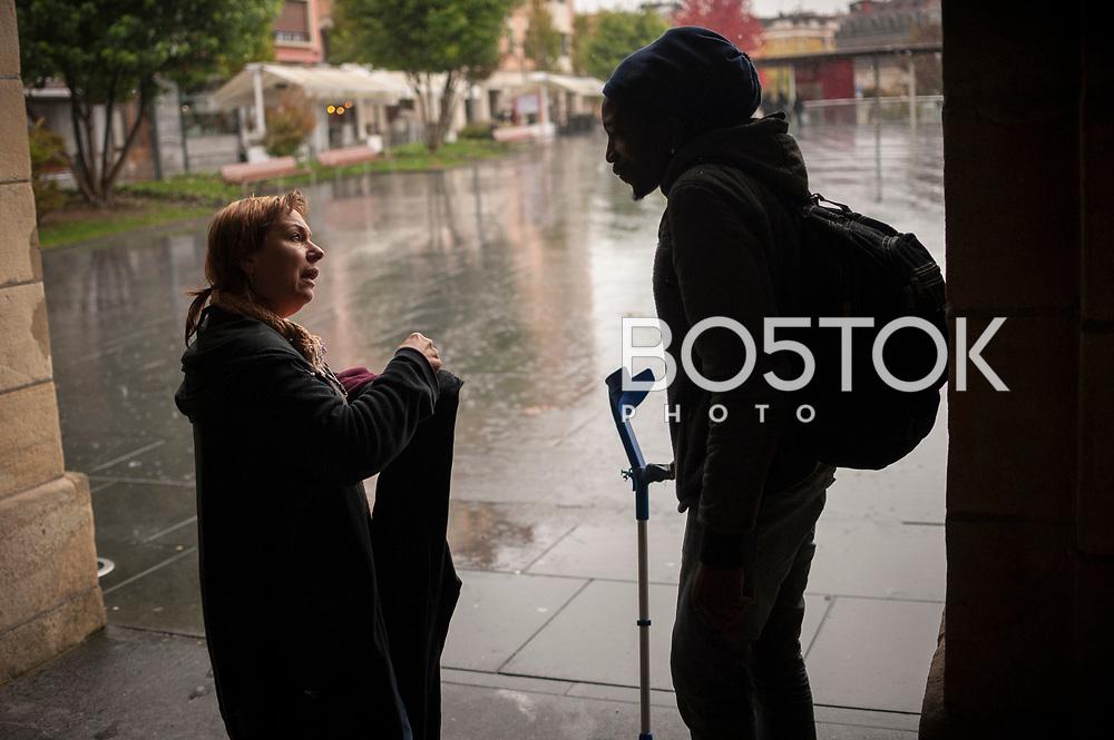 A volunteer talks with an African migrant. Irun (Basque Country). November 1, 2018. A group of volunteers has created a host network to serve migrants and inform about the public services they are entitled to and the ways to cross the border. This group of volunteers is avoiding a serious humanitarian problem Irun, the Basque municipality on the border with Hendaye. As the number of migrants arriving on the coasts of southern Spain incresead, more and more migrants are heading north to the border city of Irun. French authorities have reacted by conducting random checks as far as the city of Bordeaux, more than 200 kilometers north of the border. Migrants who are caught are then deported back to Irun. (Gari Garaialde / Bostok Photo).