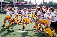 AMSTELVEEN -  Het team van Den Bosch na  de finale van de play-offs om de landtitel in het Wagenerstadion, tussen Amsterdam en Den Bosch (1-4). midden Joosje Burg (Den Bosch) .   ANP KOEN SUYK
