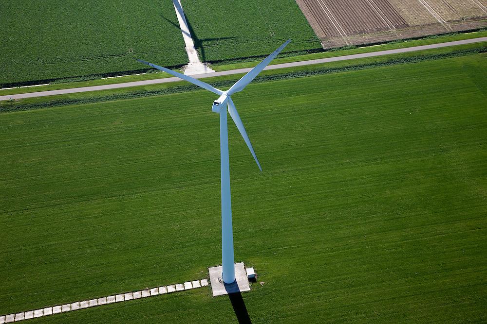 Nederland, Flevoland, Zuidelijk Flevoland,  08-09-2009. Windmolen midden in het grasland, onderdeel van een serie windturbines op boerenland..Windmill in the middle pasture, part of a series of wind turbines on farmland..luchtfoto (toeslag); aerial photo (additional fee required); .foto Siebe Swart / photo Siebe Swart