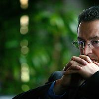 Nederland. Amsterdam.4 februari 2004..Ahmed Aboutaleb, (oud-)wethouder  van de PvdA bereidt zich voor op zijn speech voor de officiele benoeming als opvolger van Rob Oudkerk. Hij is nu burgemeester van Rotterdam.