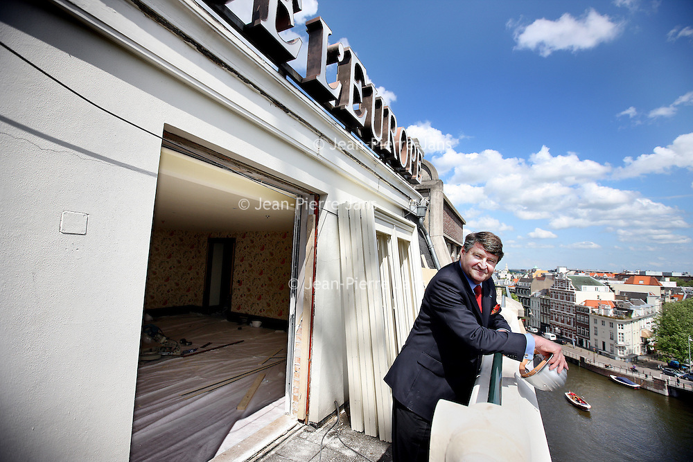 Nederland, Amsterdam , 12 mei 2011.. Directeur Tom Krooswijk van hotel L'Europe over de verbouwing van het hotel, hun nieuwe ambities en de veranderingen rond Freddy's bar..Op de foto Krooswijk op het balkon van een kamer ensuite die momenteel verbouwd wordt...Foto:Jean-Pierre Jans