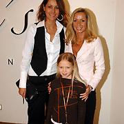 NLD/Utrecht/20060319 - Gala van het Nederlandse lied 2006, Sylvana Borsato, dochter Romy en Vanessa
