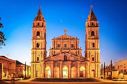 Em Santo Ângelo, está uma das poucas igrejas a ter como padroeiro um anjo, e não um santo. Dedicada ao anjo da guarda, é semelhante ao templo construído na redução de São Miguel no século 18. A Catedral Angelopolitana é a terceira  igreja a ocupar o espaço do Centro Histórico.<br /> <br /> A primeira foi construída em 1706 na Redução de San Ángel Custódio. A segunda foi uma pequena construção do século 19 para atender à comunidade. E, por fim, a atual estrutura, edificada a partir de 1929.<br /> <br /> A arquitetura da catedral é de estilo barroco missioneiro, um misto de barroco,renascentista e guarani. Na fachada, em pedra grês ou arenito, colunas, arcos e esculturas de Valentim Von Adamovich homenageiam os padroeiros dos Sete Povos das Missões. FOTO: Jefferson Bernardes/ Agência Preview