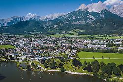 THEMENBILD - der Ritzensee mit der Stadt Saalfelden und den Bergen des Steinernen Meeres, aufgenommen am 30. Juli 2020 in Saalfelden, Österreich // the Ritzensee with the town Saalfelden and the mountains of the Steinernes Meer, Saalfelden, Austria on 2020/07/30. EXPA Pictures © 2020, PhotoCredit: EXPA/ JFK