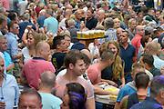 Nederland, The Netherlands, Nijmegen,  24-7-2015 Recreatie, ontspanning, cultuur, dans, theater en muziek in de binnenstad. Podium in de Betouwstraat. Een van de tientallen feestlocaties in de stad. Onlosmakelijk met de vierdaagse, 4daagse, zijn in Nijmegen de vierdaagse feesten, de zomerfeesten. Talrijke podia staat een keur aan artiesten, voor elk wat wils. Een week lang elke avond komen ruim honderdduizend bezoekers naar de stad. De politie heeft inmiddels grote ervaring met het spreiden van de mensen, het zgn. crowd control. De vierdaagsefeesten zijn het grootste evenement van Nederland en verbonden met de wandelvierdaagse. Bier,drinken,alkohol,alcohol,drank,blad, dienblad met volle glazen.Foto: Flip Franssen/Hollandse Hoogte