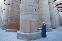 Afrique du Nord, Egypte, Louxor, Temple  de Karnak, Patrimoine mondial de l'UNESCO, Vallée du Nil, Grand Temple de Amon, Grande salle Hypostyle, 134 colonne, colonnade, gardien egyptien // Africa, Egypt, Louxor, Luxor, Temple of Karnak, west bank of the river Nile, World Heritage of the UNESCO, grand Temple of Amon, big hall hypostyle with 134 pillars of stone, egyptian man