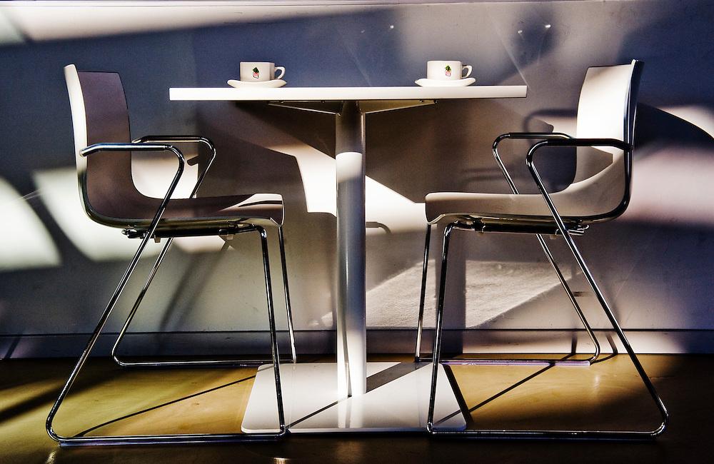 Nederland, Enschede, 3 feb 2010.Koffiekopjes in Nationaal Muziekkwartier en stadsschouwburg van Enschede. Foyer, tafel en stoel met koffiekopjes..Foto (c) Michiel Wijnbergh..