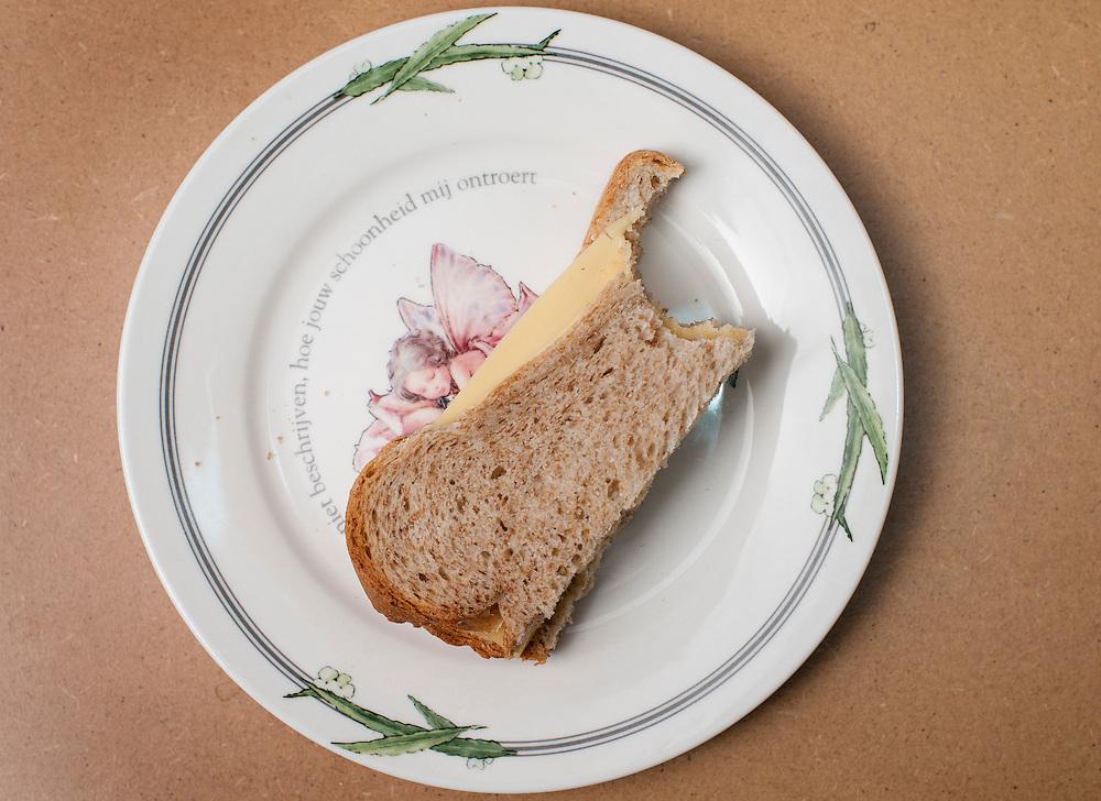 Nederland, Driebergen, 20 nov  2011.Afgehapte dubbele bruine boterham op een bordje..Foto(c): Michiel Wijnbergh