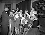 20/03/1959<br /> 03/20/1959<br /> 20 March 1959<br /> Gael Linn singing competition and concert at Dungannon, Co. Tyrone. <br /> Gael Linn Adjudicator, Brendan O'Ciobhain, urges the prize-winners to imitate R.E. Singer and harpist, Deirdre Ni Fhloinn in further efforts. Included areMargaret Dynes, Ann Lawless, Seamus Mac Mathuna, Ann Corey, Cormac Hamill, George Mac Mahon and Nora Lappin with Abbey Actress and Singer Aine Nic Chana at St. Patrick's Hall, Dungannon.