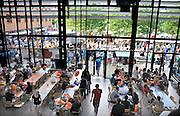 Nederland, Nijmegen, 22-8-2012Eerstejaars studenten aan de hogeschool Arnhem Nijmegen, HAN, hebben een introductieweek. Onderdeel hiervan is de introductiemarkt. Hier staan o.a. studentenverenigingen, uitzendbureaus, politieke partijen en banken. Veel scholieren kiezen voor een voortgezette studie aan universiteit of hogeschool vanwege de onzekere arbeidsmarkt.Foto: Flip Franssen/Hollandse Hoogte