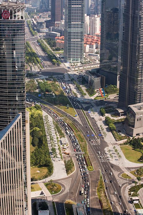 China, Shanghai, 8 sep 2010.Zicht op een een verkeersader door een nieuw gedeelte van Shanghai met wolkenkrabbers..Foto (c) Michiel Wijnbergh..