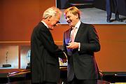 Uitreiking Heinekenprijzen 2008 in de Beurs van Berlage te Amsterdam waar Willem Alexander zes grote internationale prijzen uit op het gebied van wetenschap en kunst. De prijsuitreiking vindt plaats tijdens een bijzondere zitting van de Koninklijke Nederlandse Akademie van Wetenschappen (KNAW). De Prins houdt op deze bijeenkomst een toespraak waar de magie van de wetenschap centraal staat; het thema dat de KNAW ter gelegenheid van haar tweehonderjarig bestaan gekozen heeft. ///<br /> <br /> Heineken award celebration 2008 in the Beurs van Berlage in Amsterdam where Willem Alexander six large international prices in the field of science and art. This takes place during a particular meeting of the royal Dutch Akademie of sciences (KNAW). The prince keeps on this meeting a speech where the magic of science central state; the topic which the KNAW have chosen existence on the occasion of its twohunderd year celebration.<br /> <br /> Op de foto: De Britse wetenschapper Sir Richard Peto (1943) ontvangt de Dr. A.H. Heinekenprijs voor de Geneeskunde 2008 voor zijn baanbrekend werk op het gebied van de klinische epidemiologie. Peto is verbonden aan de University of Oxford, Groot-Brittannië.