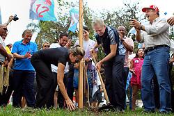 O candidato à reeleição pelo PDT em Porto Alegre, José Fortunati acompanhado da primeira dama, Regina Becker planta uma árvore na Praça Comendador Souza Gomes, zona sul de Porto Alegre. FOTO: Jefferson Bernardes/Preview.com