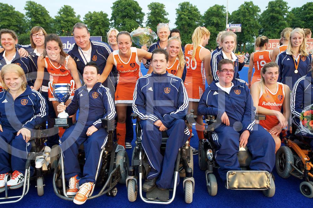ARNHEM - Rolstoel hockeyteam  Europees kampioen<br /> Foto:Team foto met het Nederlandse vrouwen team.<br /> FFU PRESS AGENCY COPYRIGHT FRANK UIJLENBROEK