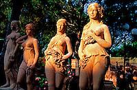 Italie - Toscane - Province de Florence - region du Chianti - Village de Imprunetta - Statue en terre cuite. // Italy. Tuscany. Around Florence. Chianti area. Imprunetta village. Clay statues.
