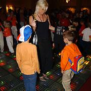Uitreiking Kids Choice Awards 2004, Bridget Maasland dansend met fan