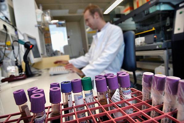 Nederland, Nijmegen, 18-5-2010Buisjes met bloed staan klaar om in een lab onderzocht te worden op afwijkende DNA. Erfelijke ziekte, kanker, genetica, medisch, laboratorium, uitslag, onderzoek, laborant, UMC RadboudFoto: Flip Franssen