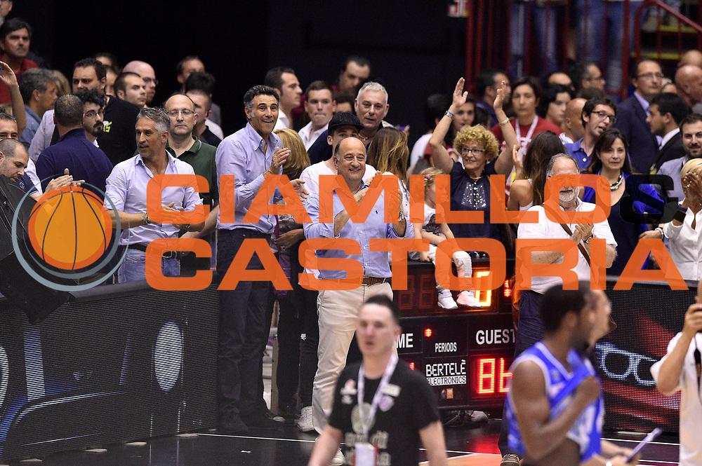 DESCRIZIONE : Milano Lega A 2014-15 EA7 Emporio Armani Milano vs Banco di Sardegna Sassari playoff Semifinale gara 7 <br /> GIOCATORE : vip<br /> CATEGORIA : esultanza postgame<br /> SQUADRA : Banco di Sardegna Sassari<br /> EVENTO : PlayOff Semifinale gara 7<br /> GARA : EA7 Emporio Armani Milano vs Banco di Sardegna SassariPlayOff Semifinale Gara 7<br /> DATA : 10/06/2015 <br /> SPORT : Pallacanestro <br /> AUTORE : Agenzia Ciamillo-Castoria/GiulioCiamillo<br /> Galleria : Lega Basket A 2014-2015 Fotonotizia : Milano Lega A 2014-15 EA7 Emporio Armani Milano vs Banco di Sardegna Sassari playoff Semifinale  gara 7 Predefinita :