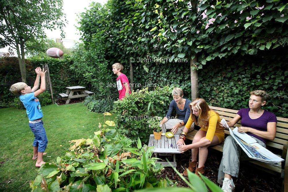 Nederland, Diemen Noord , 16 juli 2010..Lesbische ouders Ies (l) en Annemies en hun kinderen thuis in de tuin..Two lesbian mothers with their children