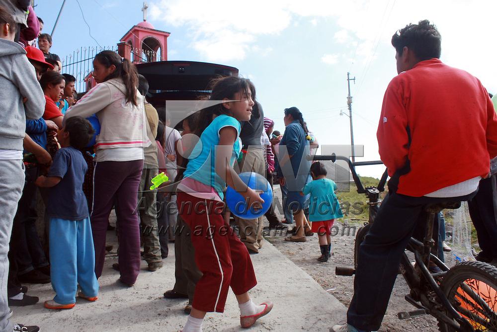 COATEPEC HARINAS, Mexico.-  Grupo de jóvenes de Toluca realizaron la entrega de ropa, juguetes y dulces recolectados por medio de donaciones que hicieron llegar diversas personas, al ser convocados por medio de las redes sociales, la entrega se realizó en las comunidades de potrero redondo y las jaras, municipio de Coatepec Harinas. Agencia MVT. José Hernández.  (DIGITAL)