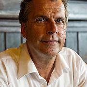 Michael Berg (pseudoniem van Michel van Bergen Henegouwen) stopte op zijn 48e jaar met werken. Hij verkocht zijn huis in Nederland en ging in Frankrijk wonen om schrijver te worden. Behalve schrijver is Michael Berg componist en freelance journalist.<br /> Hij schreef Twee zomers (2008), Blind vertrouwen (2009), Een echte vrouw (2010), Hôtel du Lac (2011) en Nacht in Parijs (2012). Hôtel du Lac werd genomineerd voor de Diamanten Kogel 2011, de Vlaamse prijs voor de beste misdaadroman van het jaar. Met Nacht in Parijs won hij de Gouden Strop 2013, de prijs voor de beste (oorspronkelijk) Nederlandstalige spannende roman.