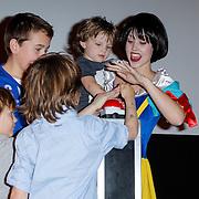 NLD/Hoofddorp/20120421 - Premiere Sneeuwwitje, Sneeuwwitje met kinderen openen de film met druk op rode knop