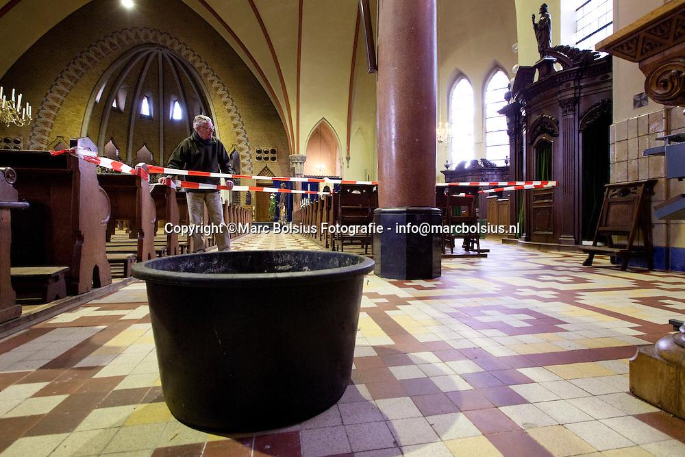 berlicum, een lek in het dak van de petruskerk maakt de kerkgang wat moeilijker. parochianen hebben gezamelijk besloten tot sloop wat onderhoud ingewikkeld maakt. bert bouwens draagt zorg over dec lekkage