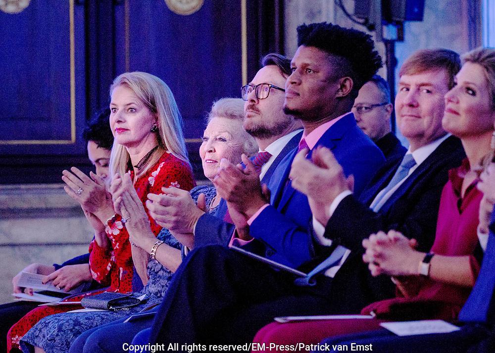 Koninklijke familie bij uitreiking Prins Claus Prijs 2018 aan de Market Photo Workshop; een cultureel platform en opleidingsinstituut in Johannesburg, Zuid-Afrika <br /> <br /> Royal family at the Prince Claus Award 2018 at the Market Photo Workshop; a cultural platform and training institute in Johannesburg, South Africa<br /> <br /> Op de foto / On the photo:  De Koninklijke familie met Koning Willem Alexander , Koningin Maxima , Prinses Mabel , Prins Constantijn en prinses Beatrix / The royal family with King Willem Alexander, Queen Maxima, Princess Mabel, Prince Constantine and Princess Beatrix
