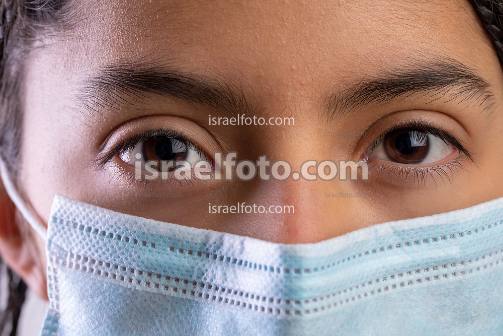 Niña que usa una máscara de protección  /  Girl using a protection mask