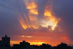 Final de tarde em Porto Alegre propiciou uma imagem com belas cores. FOTO: Jefferson Bernardes/Preview.com