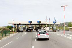 THEMENBILD - Die EU hat im Kampf gegen die Terrorgefahr die Grenzkontrollen verschaerft. Aufgrund von neue Gesetzen, die von der EU-Kommission eingeführt wurden, müssen Staaten alle Personen registrieren welche vom Schengenraum ein- und ausreisen. Reisende wurden gewarnt, dass es Verzögerungen an den Grenzen geben wird, im Bild der Grenzuebergang Postaja mejne policije Sečovlje in Blickrichtung Slowenien mit Autos mit weichgezeichneten Nummertafeln. Aufgenommen am 13. April 2017 // EU toughen up external border security in its fight against terrorism. New legislation introduced by the European Commission require all states to register all citizens travelling in and out of the Schengen area. Travelers have been warned to expect delays on the road, This picture shows the border checkpoint Postaja mejne policije Sečovlje in view direction Slovenia with cars with blured numberplates, Portoroz, Slovenia on 2017/04/13. EXPA Pictures © 2017, PhotoCredit: EXPA/ Sebastian Pucher