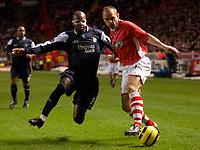 Photo: Daniel Hambury.<br />Charlton Athletic v Manchester City. Barclays Premiership.<br />04/12/2005.<br />Charlton's Danny Murphy  and City's David Sommeil battle.