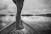 Brazil, Ressaca, rio Xingu, Para.<br /> <br /> Ravitaillement fluvial de la colonie miniere de Ressaca. La consommation electrique du Bresil se developpe et depasse la croissance de l'approvisionnement. Le gouvernement bresilien voient une solution au cœur du bassin amazonien, source de puissance hydroélectrique. Le Bresil accélère des plans pour construire le troisième plus grand barrage du monde sur une courbe du fleuve de Xingu. Ce barrage augmentera la capacite hydroelectrique du pays de 15 %. Une aire de 400 km2 sera inondee. Les adversaires du projet de barrage maintiennent qu'il est economiquement inefficace, devasterait jungles, fleuves et faune, deracinerait indiens et colons, et empecherait la navigation.