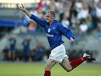 Fotball. Eliteserien 5. august 2002. Vålerenga - Brann 1-1. Knut Hovel Heiaas juler for 1-1.<br /> Foto: Andreas Fadum, Digitalsport.