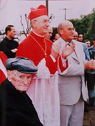 O pai Perdo Adão (E) sentado com Dom Claudio Hummes (C) e o irmão Arthemio em maio de 2001 em Salvador do Sul a 110 km aproximadamente de Porto Alegre. FOTO REPRODUÇÃO: Jefferson Bernardes/Preview.com