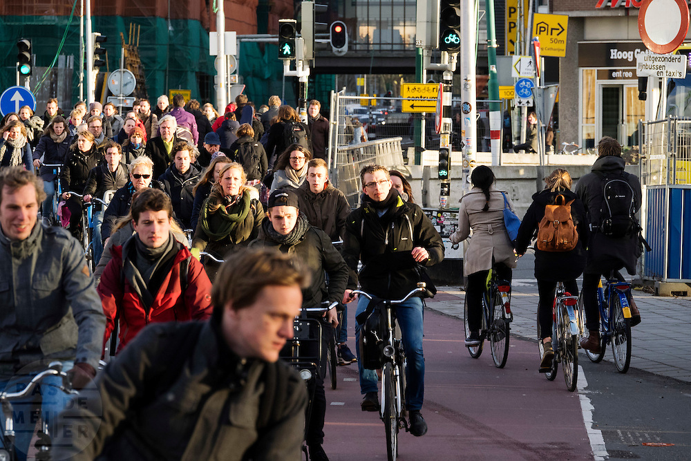Een wirwar van fietsers rijden bij het Smakkelaarsveld in Utrecht. Het punt is een van de drukste fietsroutes van Nederland, duizenden fietsers passeren de kruisingen.<br />